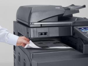 Impresora Kyocera laser color TASKalfa 3551ci Tecnycopia Foto detalle papel A3