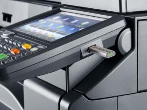 Impresora Kyocera laser color TASKalfa 3551ci Tecnycopia Foto detalle pantalla USB